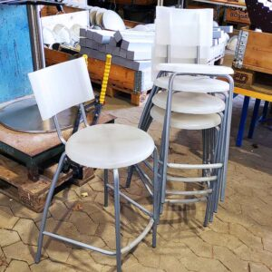 Barstole - Metalstel med plastiksæde og ryg.