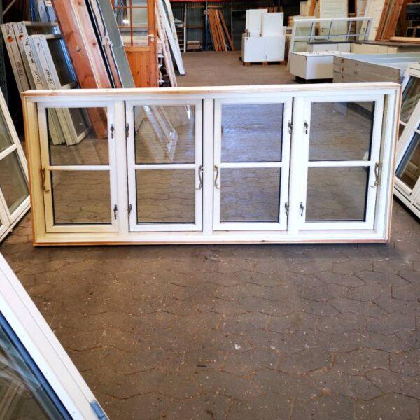 Hvidt bondehus vindue